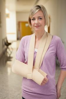 슬링에 팔이있는 환자