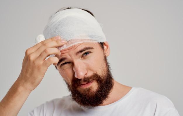 Пациент с перевязанной головой проблемы со здоровьем недовольство травматологическим центром