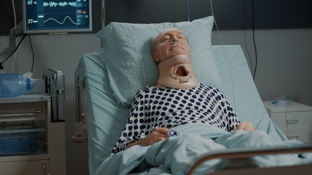 Пациент с шейным воротником для укладки шеи в больничной палате