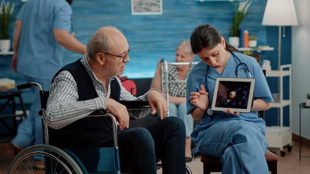 デジタルタブレットでウイルスアニメーションを見ている障害のある患者