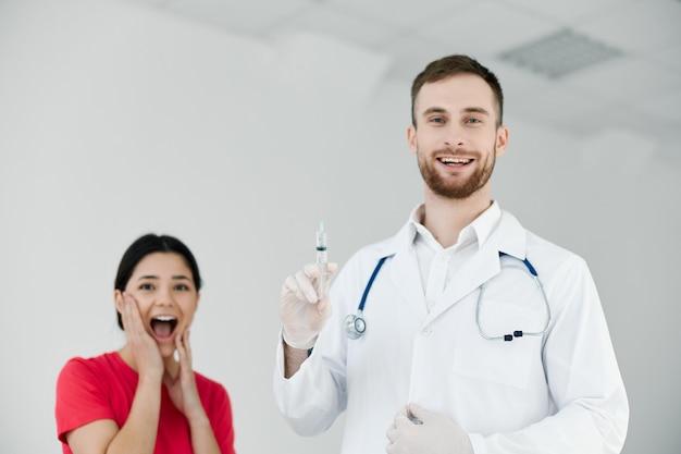 입을 벌린 환자는 주사 예방 접종 감정을 두려워합니다.
