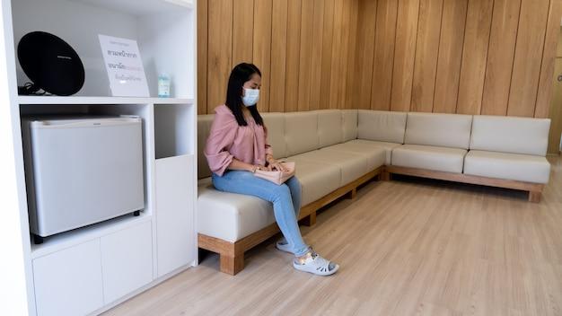 진료실 대기실에서 기다리는 환자들