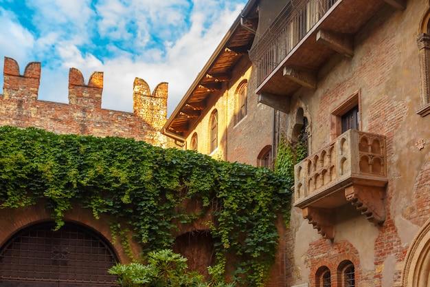 イタリア、ヴェローナのロミオとジュリエットの家のパティオとバルコニー