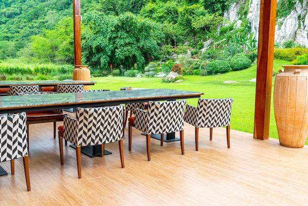 パティオの椅子と庭付きのバルコニーのテーブル