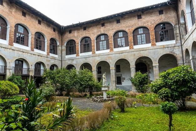 우 롤라 강 옆 아즈 코이 티아 마을에있는 오래된 산타 클라라 수도원의 안뜰. don pedro de zuazola, gipuzkoa가 설립했습니다. 바스크 지방