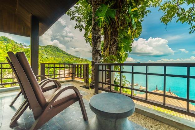 Патио или балкон со стулом вокруг моря и вида на океан