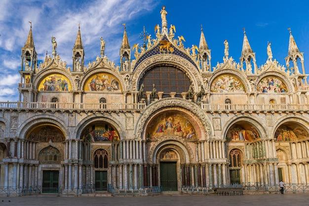 Патриарший собор, базилика святого марка под солнечным светом и голубым небом в венеции, италия