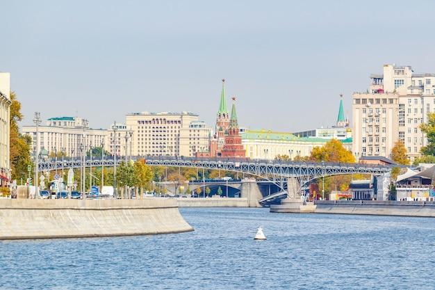 晴れた秋の日にモスクワクレムリンの建物に対してモスクワ川の上のパトリアルシー橋