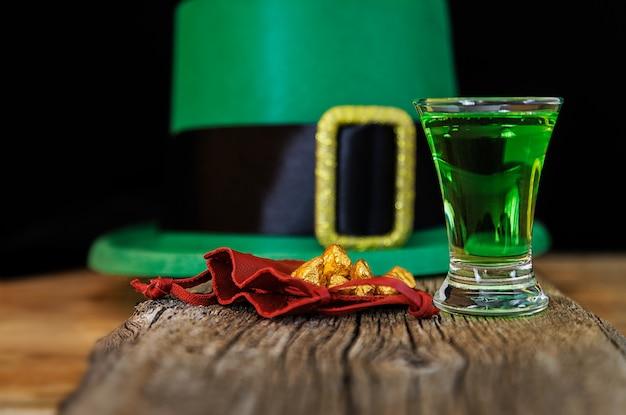Patrick day зеленый напиток, шляпа гнома и золотые гранулы