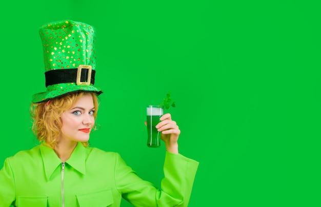 패트릭 데이 펍 파티 여성 음료 맥주 봄 축제 성 패트릭의 날 축하 녹색 음료