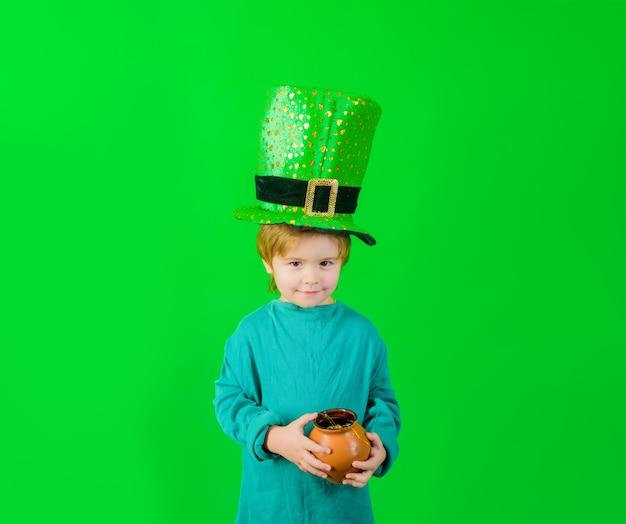 День патрика зеленый цилиндр мальчик в зеленой шляпе держит горшок с золотым лепреконом зеленый гном