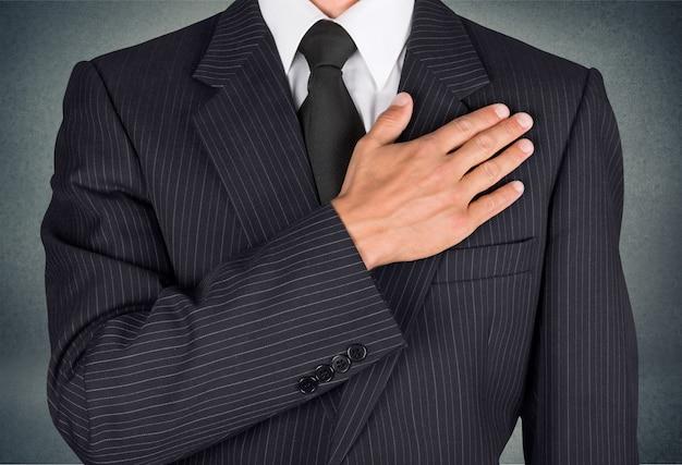 Патриот бизнесмен, гражданин держит ладонь на сердце