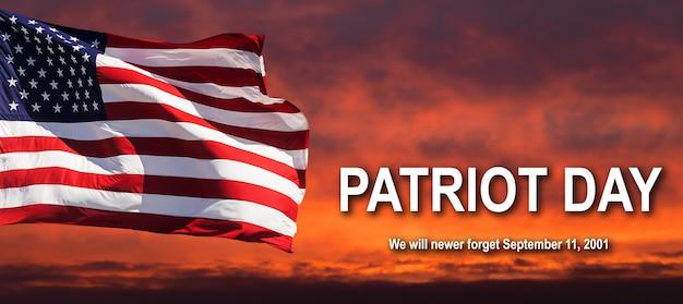 愛国者の日。 2001年9月11日を忘れてしまいます。曇り空に手を振るアメリカの国旗