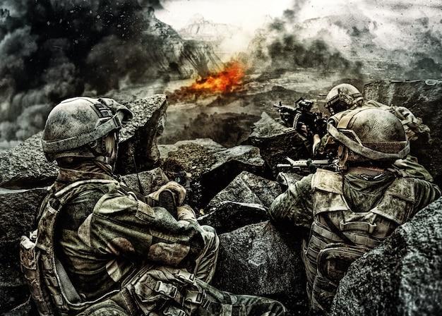 경계 대기 적을 보호하는 바위 사이에서 매복에서 야전 제복을 입은 특수 부대 군인의 순찰