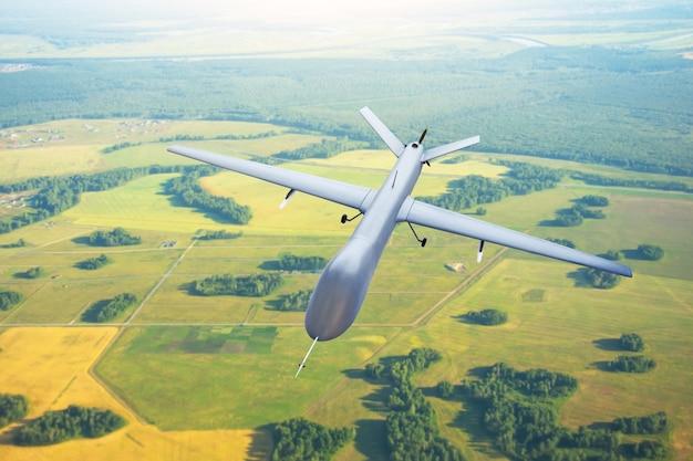 지형 위의 하늘에서 무인 항공기를 순찰하고 비행 추적.