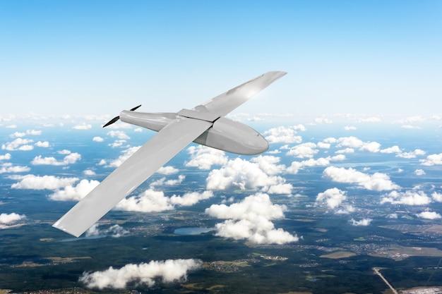 지형 위의 하늘에서 무인 항공기를 순찰, 플라이 트래킹.