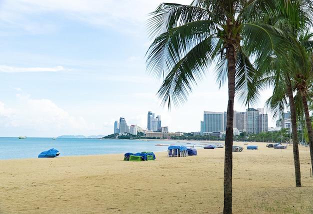 파타야 해변 전망은 관광객이 없습니다. 해변에 임대 보트와 텐트가 보관되어 있습니다.