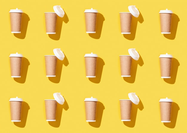 パターンクラフトはコーヒーや飲み物用の大きな紙コップを持ち帰り、パッケージテンプレートは黄色にモックアップします。