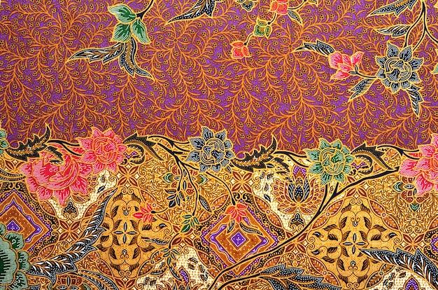 전통 의상 말레이시아의 패턴에는 바틱이 포함됩니다.