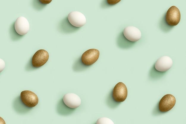 그린 부활절 달걀 흰색과 금색 밝은 녹색 종이에 색 패턴