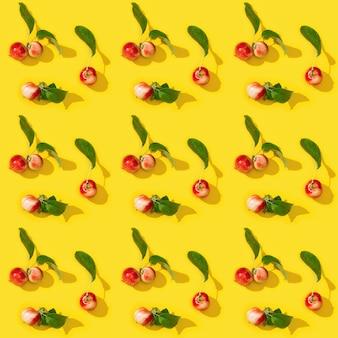 잘 익은 작은 빨간 사과에서 패턴 노란색 음식 개념 야채에 녹색 잎