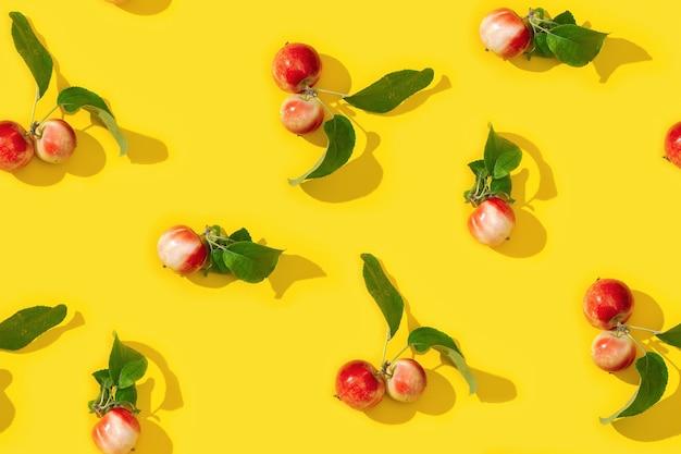작은 빨간 사과와 녹색 잎에서 패턴 좋은 가을 수확
