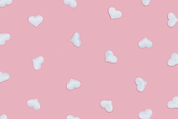 白いハートのパターン、ピンクのフォントに愛のシンボル