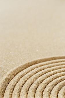 瞑想のために砂の上に同心円を閉じた枯山水のパターン
