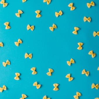 Шаблон из макарон на синей стене. плоская планировка.