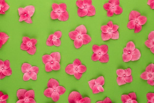 ピンクの花で作られたパターン