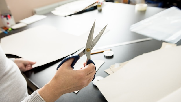 Процесс изготовления узоров. линия по производству ткани. текстильная фабрика.