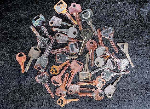 黒い床に多くの鍵をパターン化する