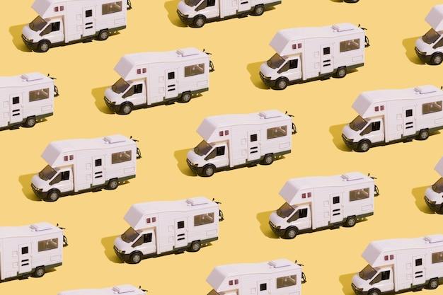 Шаблон игрушечного фургона на желтом фоне минималистичная концепция летнего семейного отдыха