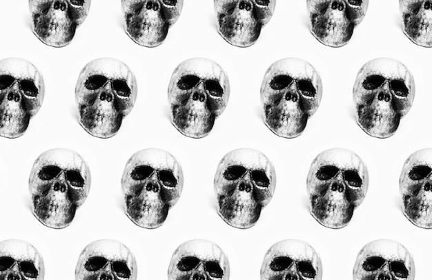 白い色の背景に分離された解剖学的な人間の不気味な頭蓋骨のパターン。