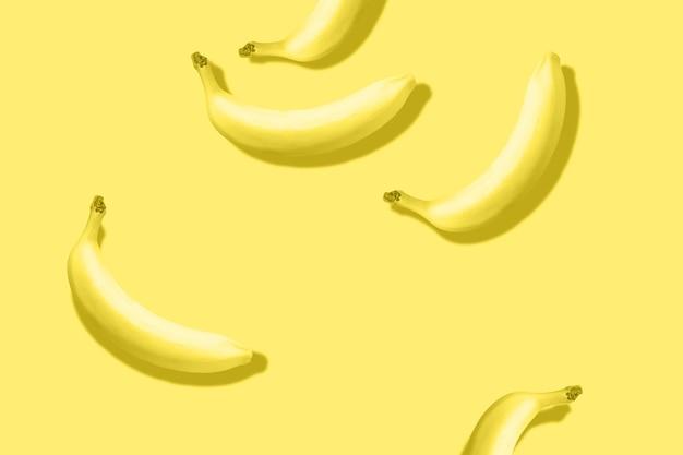 パステルイエローの背景に目立つ影のあるバナナのパターントーンの照明色