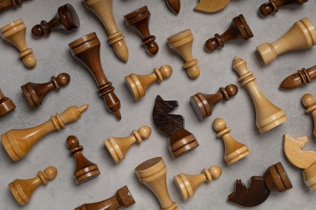 밝은 배경에 체스 조각 패턴