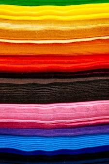 색상별로 정렬 된 옷의 화려한 조각 패턴