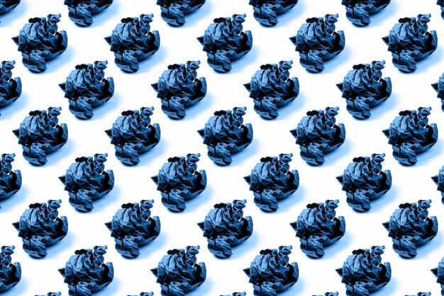 孤立した背景にクラフト紙を丸めてのパターン。