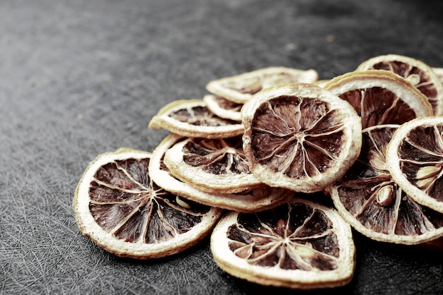 Шаблон сушеного сырого апельсина на черном фоне