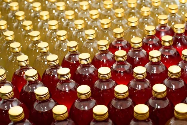 昆布茶製造工程でのカラフルなドリンク付きガラス瓶のパターン