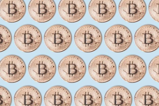 파란색 배경에 황금 bitcoins의 패턴입니다. 암호화폐와 돈