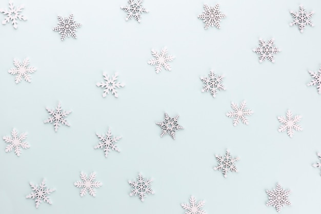 Образец карамели полосатый в рождественских цветах на синем фоне.