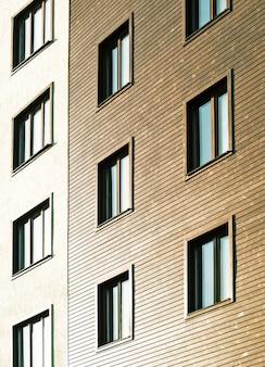 창문이있는 집의 패턴입니다. 주거 또는 사무실 건물