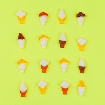 明るい背景にアイスクリームのパターン