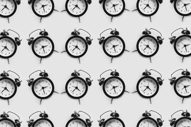 많은 검은 알람 시계 흰색 배경에 고립의 패턴입니다.