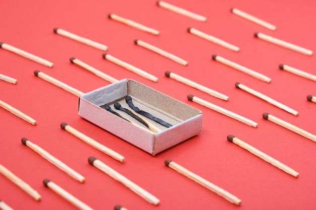 マッチのパターンと赤の焦げたマッチの箱