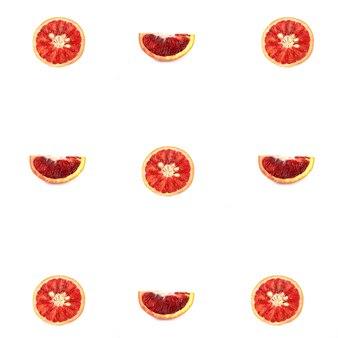 Узор из красного апельсина, изолированные на белом фоне, вид сверху