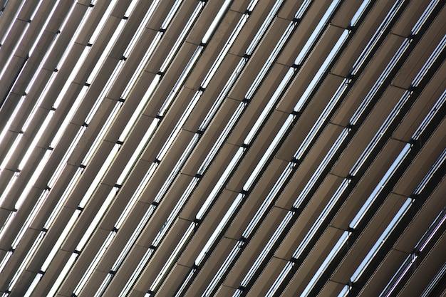 다층 건물 창문과 발코니의 패턴.