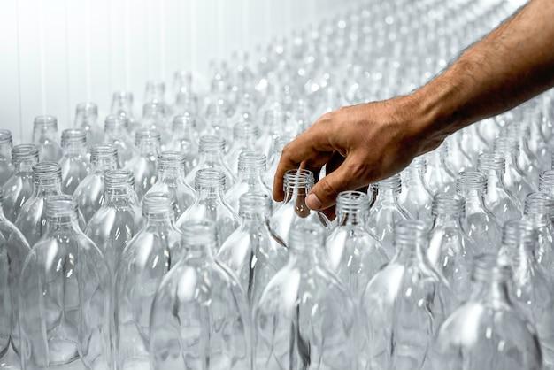 健康的な飲み物を作る過程で片手で透明なガラス瓶のパターン