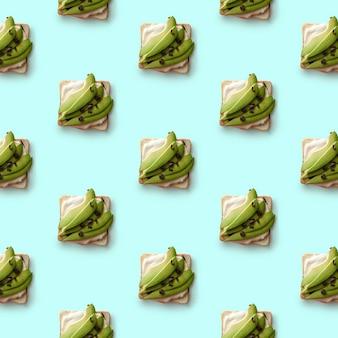 Узорчатые бутерброды с кусочками свежего авокадо